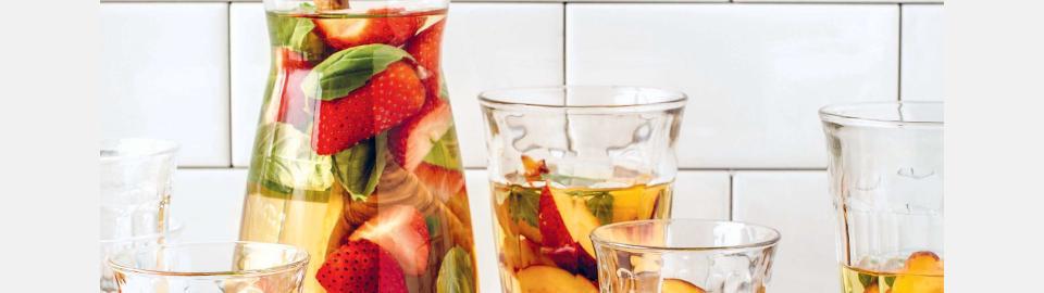 Сангрия с клубникой, персиком и базиликом: рецепт приготовления