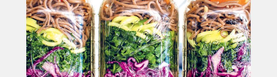 Салат для пикника с лапшой соба, тахини и мисо: рецепт приготовления