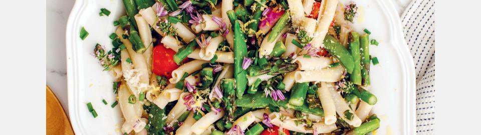 Паста со спаржей, горошком и цветками шнитт-лука: рецепт приготовления