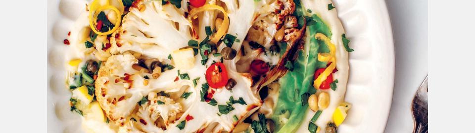 Стейк из цветной капусты с лимонной сальсой верде: рецепт приготовления