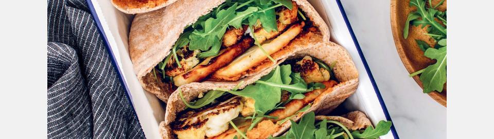 Пита с печеной цветной капустой, халуми и хариссой: рецепт приготовления